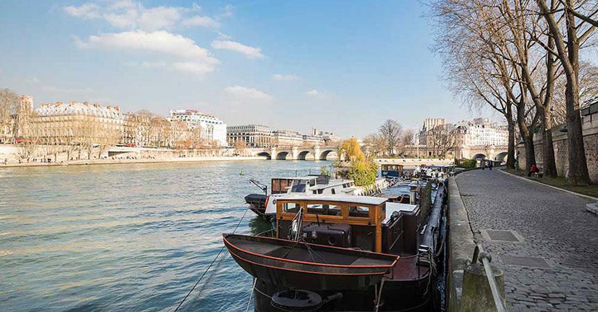 Vivre sur une péniche avec le Louvre pour voisin...